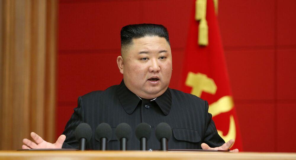 Em Pyongyang, o líder norte-coreano Kim Jong-un, fala durante reunião com membros do partido, em 7 de março de 2021