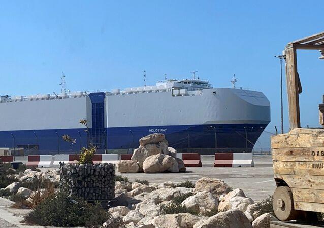 Navio israelense atingido por uma explosão no golfo de Omã é visto após a chegada a um porto em Dubai. Israel acusou o Irã de ter realizado o ataque em 28 de fevereiro de 2021