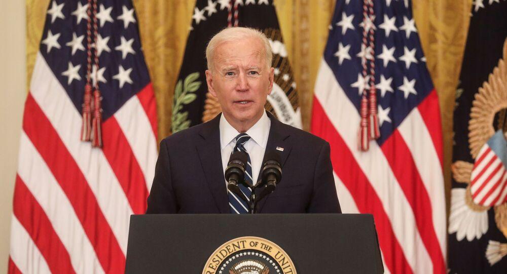 O presidente dos EUA, Joe Biden, fala com repórteres enquanto dá sua primeira entrevista coletiva formal na Casa Branca, em Washington, EUA, 25 de março de 2021