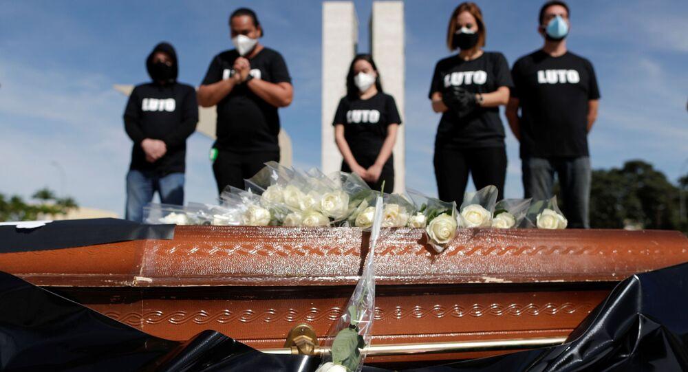 Profissionais de saúde protestam contra o presidente Jair Bolsonaro e a gestão da pandemia no Brasil durante ato em Brasília nesta quinta-feira, 25 de março de 2021