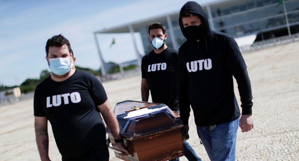 Funcionários de saúde fazem protesto contra as mortes causadas pela pandemia da COVID-19 em Brasília