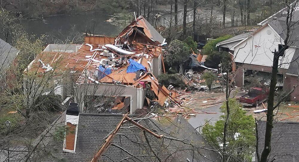 Casa fica sem telhado depois que tornado passou em Hoover, Alabama, EUA, em 25 de março de 2021