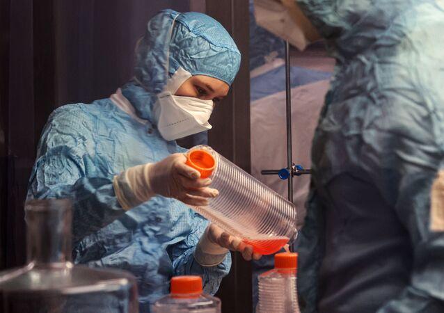 Pesquisadora do Centro Federal de Pesquisas Chumakov testa componentes para fabricação da vacina CoviVac, em Novossibirsk, Rússia, 5 de março de 2021