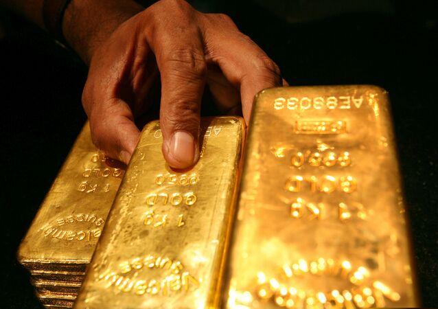 Segurança coloca várias barras de ouro de um quilo dentro de um cofre em Dubai, nos Emirados Árabes Unidos (foto do arquivo)