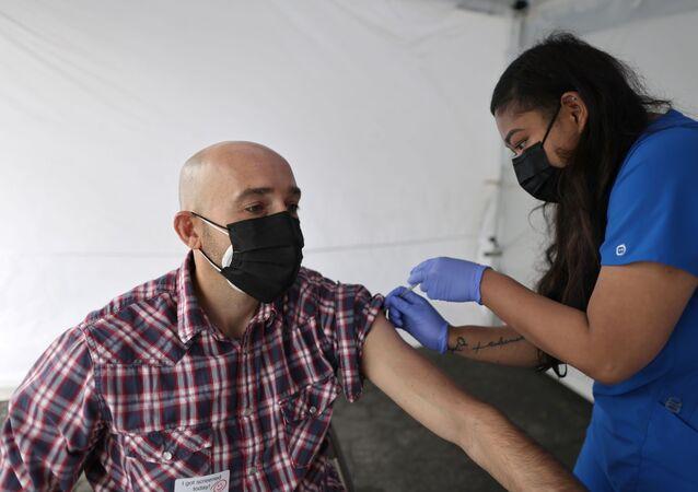 Paciente recebe vacina Johnson & Johnson contra a doença do novo coronavírus (COVID-19) em Los Angeles, Califórnia, EUA, 25 de março de 2021