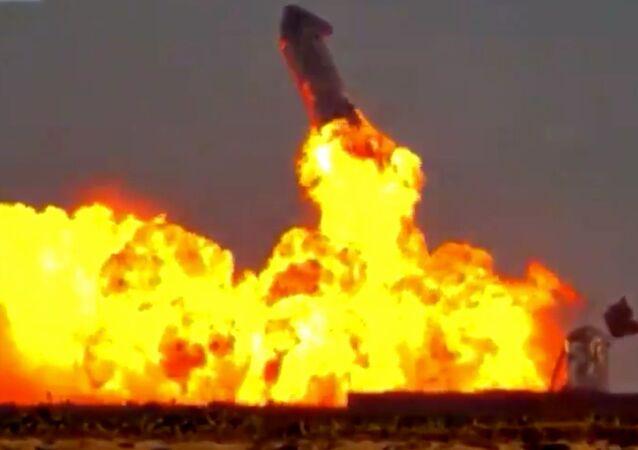 Momento exato em que o protótipo SN10 Starship explode após aterrissagem bem-sucedida nas instalações da SpaceX em Boca Chica, no Texas