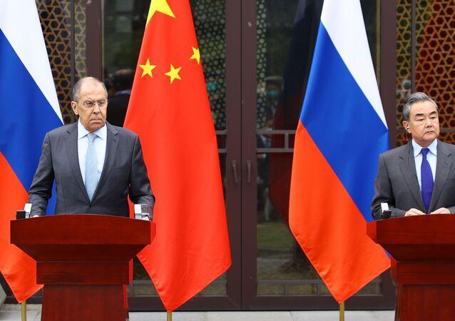 Chanceler russo, Sergei Lavrov, e seu homólogo chinês, Wang Yi, durante visita de Lavrov à China