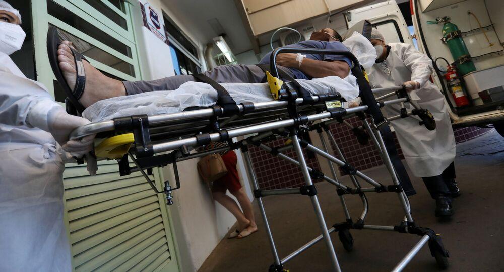 Socorristas atendem paciente com COVID-19 em hospital de Bauru, interior de São Paulo.