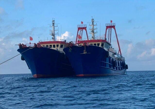 Navios chineses no recife de Whitsun, mar do Sul da China