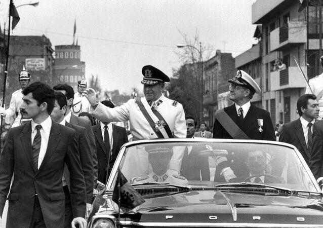 O general Augusto Pinochet ( de branco) acena na carreata de 11 de setembro de 1973 em Santiago, logo após o golpe que matou o presidente Salvador Allende