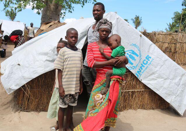 Família moçambicana recebe apoio da Organização das Nações Unidas em campo para pessoas deslocadas internamente em Cabo Delgado, Moçambique, 26 de janeiro de 2021