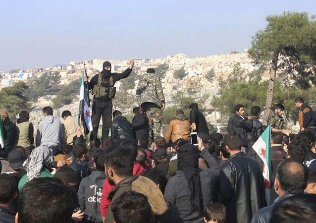 Militantes do grupo Tahrir al-Sham, ligado à Al-Qaeda (organização terrorista proibida na Rússia e em vários outros países) dispersam protesto em Bab al-Hawa, posto fronteiriço entre a Síria e a Turquia, em 20 de dezembro de 2019