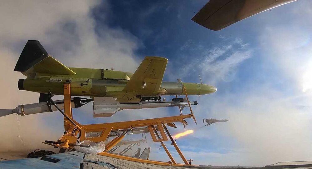 Drone iraniano sendo lançado enquanto transporta um míssil durante exercícios militares