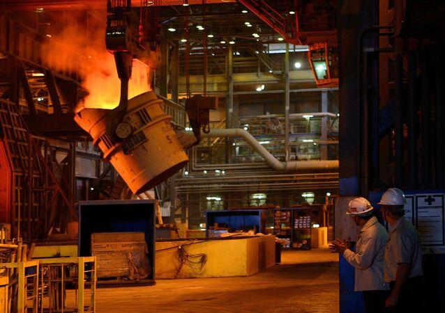 Aciaria da CSN (Companhia Siderúrgica Nacional), onde é feita a transformação de ferro líquido em aço líquido, em Volta Redonda (RJ); a empresa tem projeto de novas usinas de placa voltadas para o mercado externo