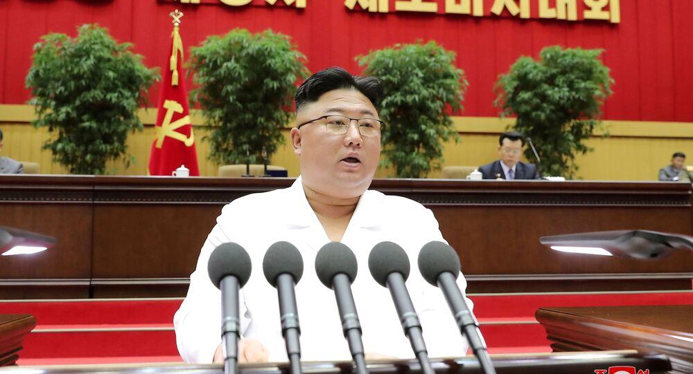 Líder norte-coreano Kim Jong-un durante o discurso de abertura da reunião dos subsecretários de células do Partido dos Trabalhadores, 7 de abril de 2021