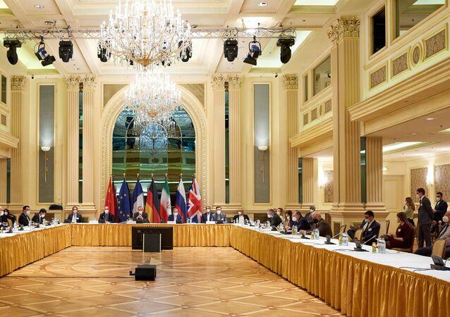 Representantes de vários países aguardam o início da reunião da Comissão Conjunta do JCPOA em Viena, Áustria, 6 de abril de 2021