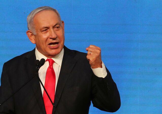 O primeiro-ministro israelense Benjamin Netanyahu gesticula enquanto faz um discurso para seus apoiadores após o anúncio das urnas nas eleições gerais de Israel na sede do partido Likud em Jerusalém 24 de março de 2021
