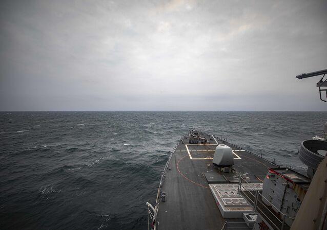 Destróier de mísseis guiados norte-americano USS John S.McCain, da classe Arleigh Burke, transita pelo mar do Sul da China realizando operação de rotina