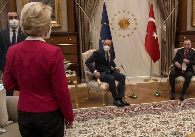 A presidente da Comissão Europeia, Ursula von der Leyen, ficou sem cadeira na reunião com Charles Michel, chefe do Conselho Europeu, e Recep Tayyip Erdogan, presidente da Turquia, em 6 de abril de 2021