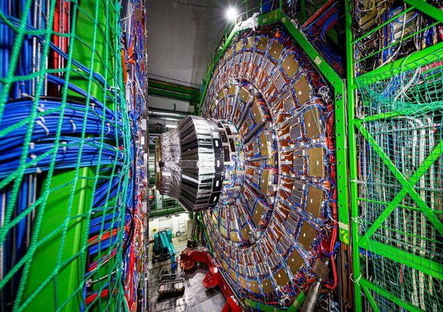 Solenoide de Múon Compacto (CMS) fotografado em um túnel do Grande Colisor de Hádrons (LHC) na Organização Europeia para a Pesquisa Nuclear (CERN)