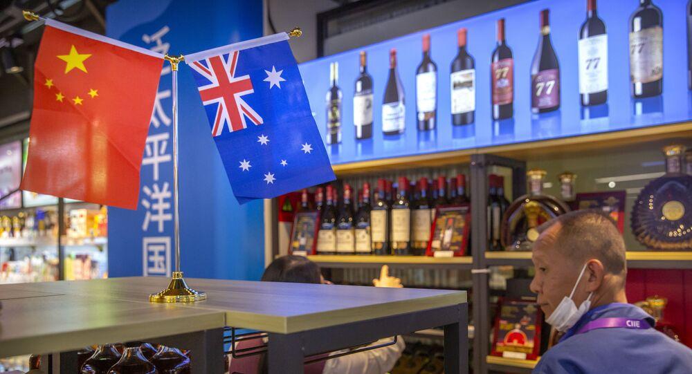 Visitante observa exibição de vinhos australianos na China, na feira International Import Expo em Xangai, China, 5 de novembro de 2020