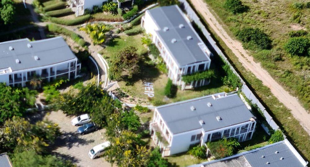 Mensagem com pedido de ajuda (help) vista no terreno de um hotel em Palma, onde muitos moradores locais e estrangeiros se esconderam durante ataques terroristas em Moçambique, 26 de Março de 2021