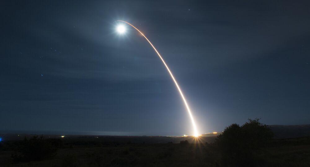 Esta foto da Força Aérea dos EUA mostra um míssil balístico intercontinental Minuteman III desarmado sendo lançado durante um teste de desenvolvimento, em 5 de fevereiro de 2020, na Base da Força Aérea de Vandenberg, Califórnia