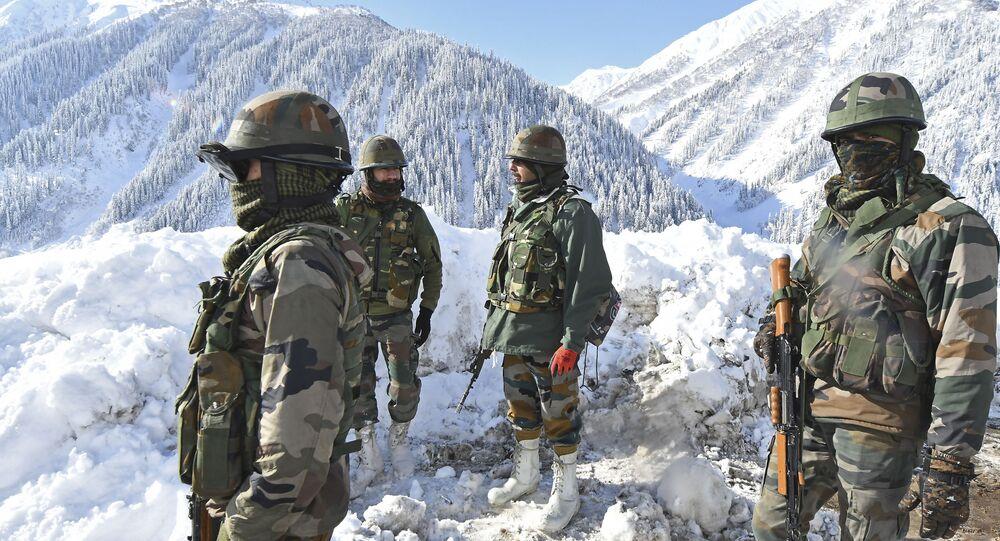 Soldados indianos patrulham região de fronteira com a China no Himalaia, 28 de fevereiro de 2021
