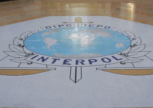Hall de entrada da sede da Interpol, em Lyon, na França