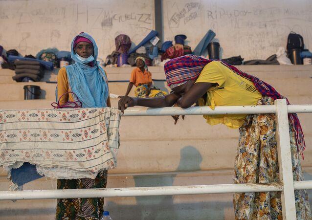 Pessoas deslocadas pelos conflitos em Palma concentradas em um centro esportivo de Pemba, na província de Cabo Delgado, Moçambique, em 2 de abril de 2021