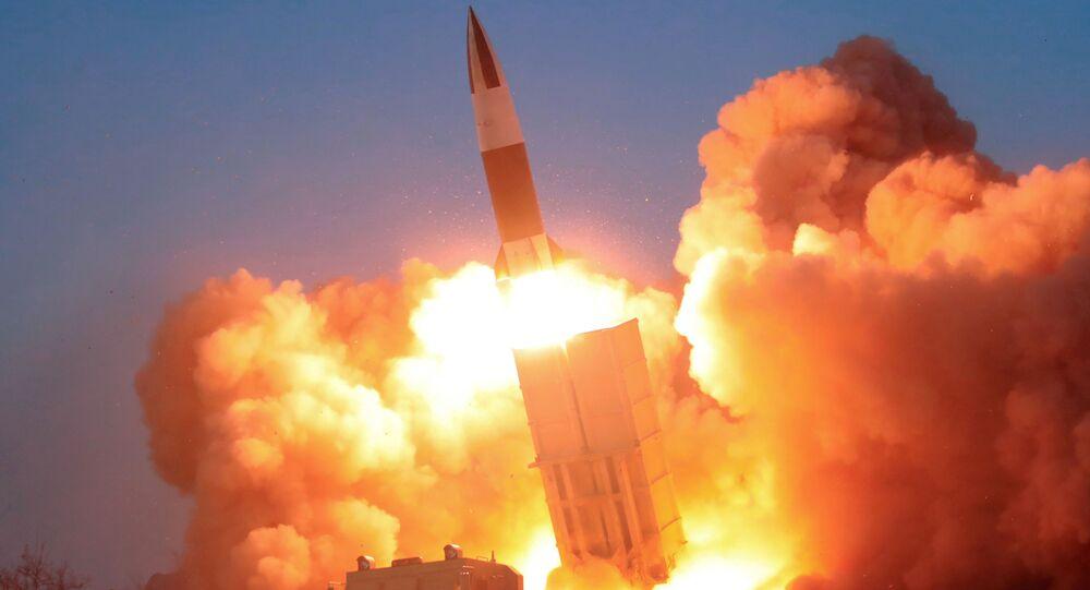 Na Coreia do Norte, uma imagem da Agência Central de Notícias norte-coreana mostra um míssil sendo disparado, em 22 de março de 2020