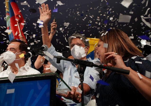 Guillermo Lasso acena para seus apoiadores em Guayaquil após vitória nas eleições presidenciais no Equador