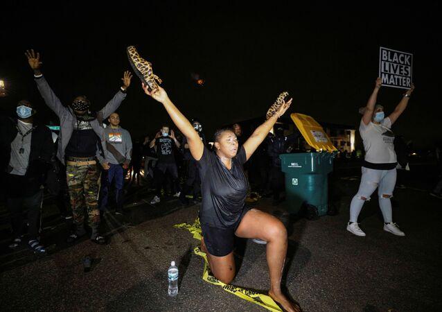 População protesta depois que a polícia supostamente atirou e matou um jovem negro no domingo, 11 de abril de 2021, no Brooklyn Center, em Minnesota, nos EUA