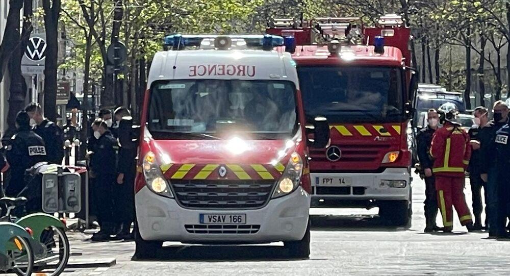 Situação em frente ao hospital Henri-Dunant, em Paris, depois que duas pessoas foram feridas à bala, em 12 de abril de 2021.