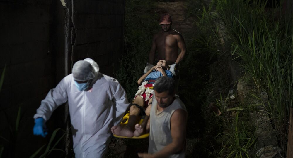 Serviço de Atendimento Móvel de Urgência (SAMU) e dois vizinhos transportam paciente idoso com a COVID-19 para ambulância em Duque de Caxias, Rio de Janeiro, Brasil, quarta-feira, 7 de abril de 2021