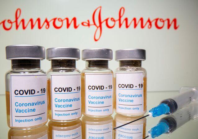 Frascos com vacina Johnson & Johnson contra o SARS-CoV-2 e uma seringa médica expostos em 31 de outubro de 2020