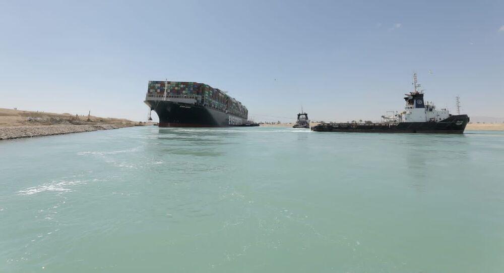 O navio cargueiro Ever Given foi desencalhado, abrindo passagem no canal de Suez; foto de 29 de março de 2021
