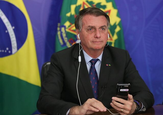O presidente Jair Bolsonaro em videochamada com o ministro das Comunicações, Fábio Faria, no dia 9 de abril de 2021