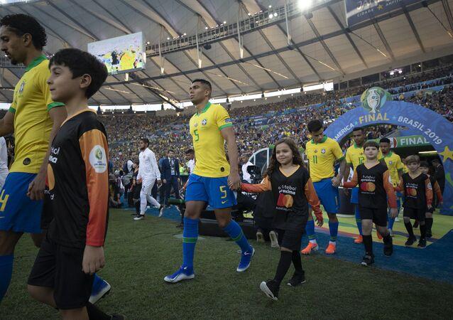 As seleções masculinas de Brasil e Peru entram em campo no Maracanã para a final da Copa América, em 7 de julho de 2019