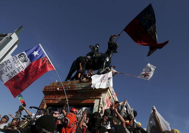 Em Santiago, no Chile, manifestantes realizam protesto contra o governo, em 9 de outubro de 2020