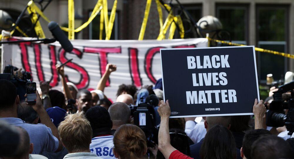 Manifestantes protestam contra o assassinato de Duante Wright, em Brooklyn Center, cidade no estado de Minnesota, nos EUA.