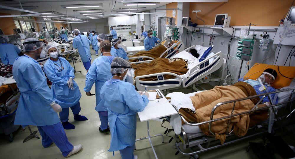 Médicos atendem pacientes com COVID-19 em sala de emergência do Hospital Nossa Senhora da Conceição, em Porto Alegre, 11 de março de 2021