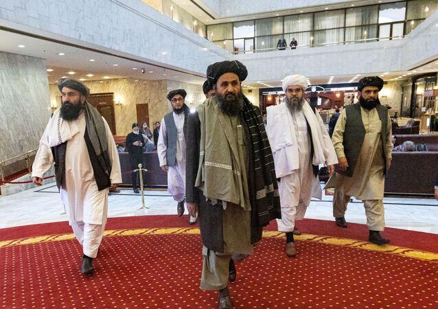O mulá Abdul Ghani Baradar, o vice-líder e negociador do Talibã, e outros membros da delegação participam da conferência de paz afegã em Moscou, Rússia, em 18 de março de 2021.