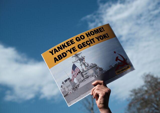 Manifestante participa de protesto contra plano dos EUA de enviar navios de guerra para o mar Negro, em Istambul, Turquia, 14 de abril de 2021