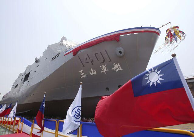 Navio de transporte anfíbio Yushan da Marinha de Taiwan, de construção nacional, durante sua cerimônia de lançamento em Kaosiung, Taiwan, 13 de abril de 2021