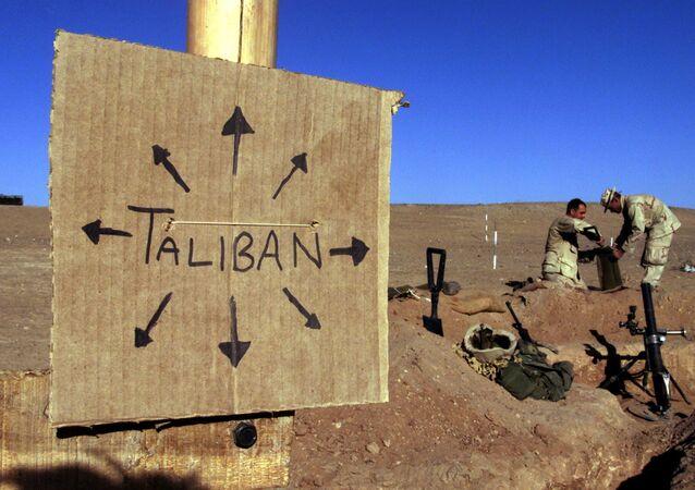 Fuzileiros navais dos EUA mantendo posição no Afeganistão