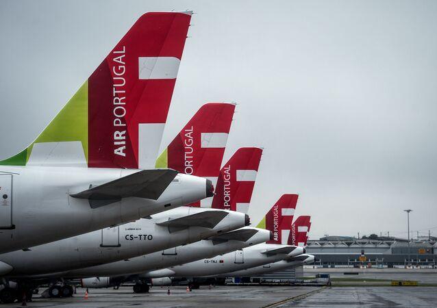 Aviões da empresa aérea portuguesa TAP no Aeroporto de Lisboa, em Portugal.