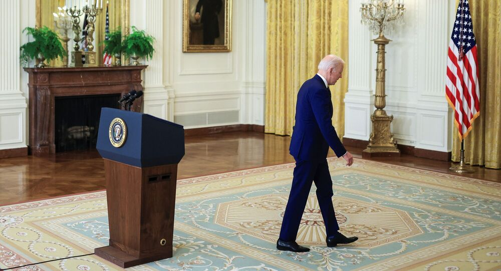 O presidente dos EUA, Joe Biden, caminha após fazer comentários sobre a Rússia na Casa Branca em Washington, EUA, em 15 de abril de 2021.
