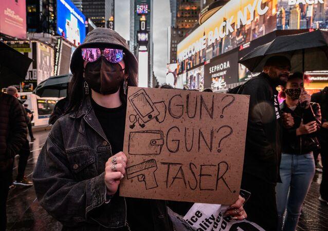 Manifestantes e ativistas participam de uma vigília por Daunte Wright e outros mortos durante confrontos policiais, na Times Square, em Nova York, em 16 de abril de 2021.