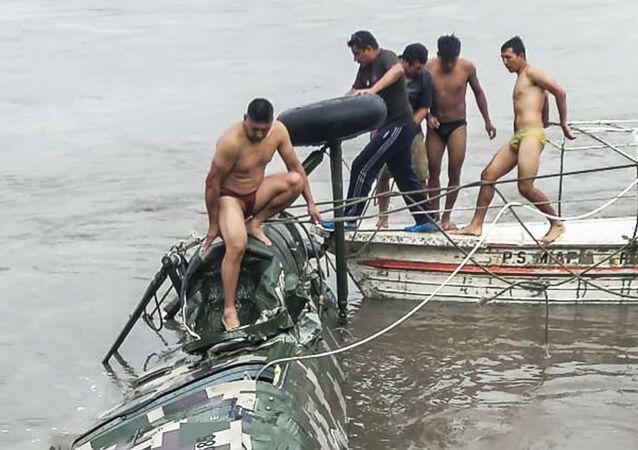 Helicóptero militar cai em rio no Peru após sofrer falha mecânica
